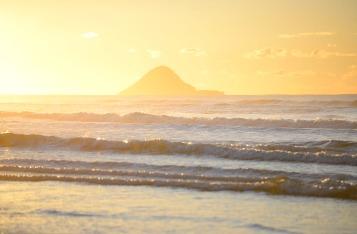 ©Neil Hutton _ Bryan's beach Sunrise Moutohora silouette